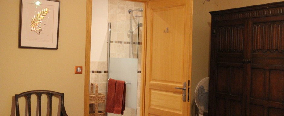 The Autumn double bedroom at our vacation rental, 10pm in Puligny Montrachet, Burgundy has an individually designed bathroom
