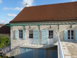 Our luxury vacation home in Burgundy has three double bedrooms each with en suite, a large living area with open kitchen and lots of space for wine tasting